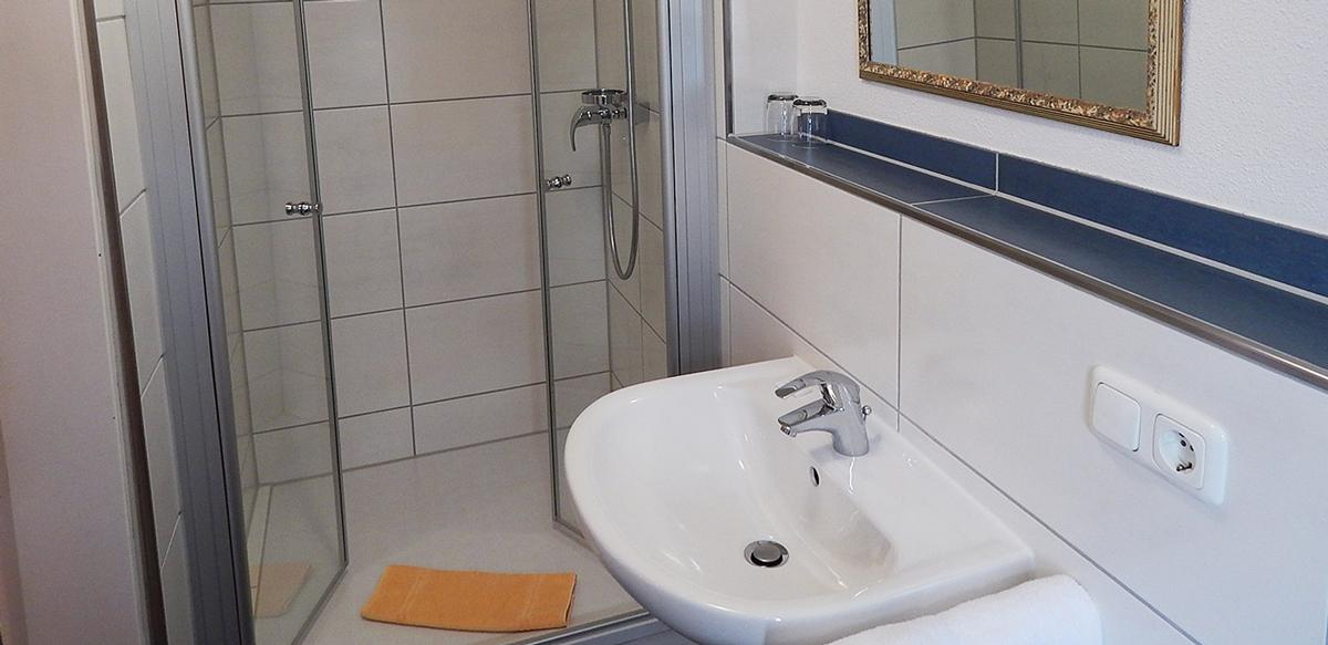 Doppelzimmer Standard ohne Balkon - Badezimmer | Berggasthof Sonne in Sonthofen