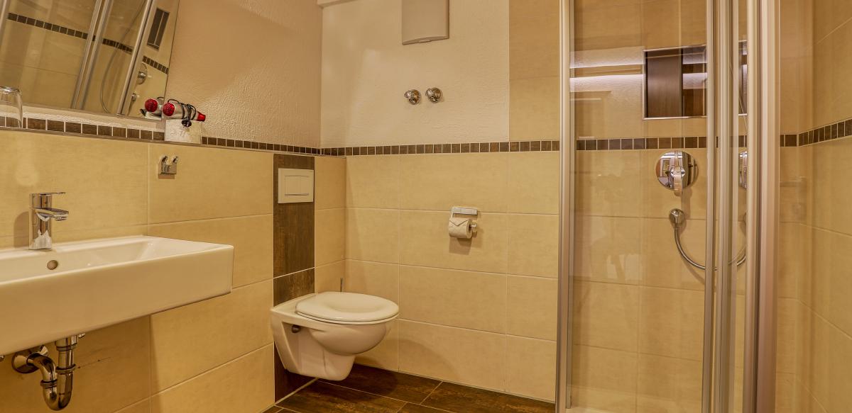 Doppelzimmer Komfort mit Balkon - Badezimmer | Berggasthof Sonne in Sonthofen