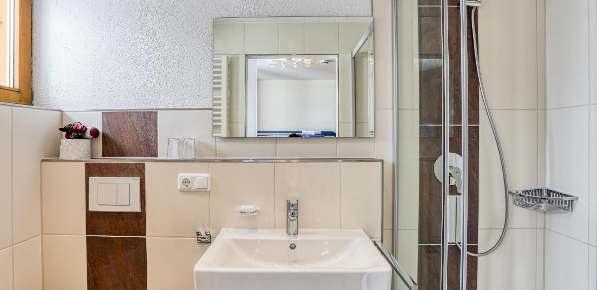 Familienzimmer Standard ohne Balkon - Badezimmer | Berggasthof Sonne in Sonthofen